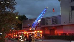 休斯顿消防员7月21日晚抵达中国总领事馆门外(KHOU电视台画面截图)