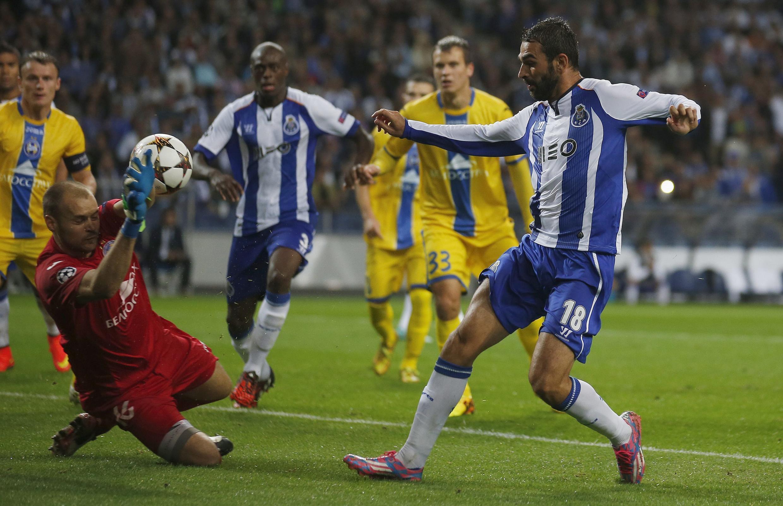 Adrián López (direita), avançado espanhol do FC Porto, marcou um dos seis golos dos portistas frente aos bielorrussos do BATE Borisov.
