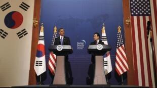 Barack Obama et le président sud-coréen Lee Myung-bak lont donné une conférence de presse, à Séoul, le 25 mars 2012.