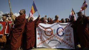 Tu sĩ Phật giáo biểu tình không chấp nhận Tổ chức Hợp tác Hồi giáo OCI, có đại diện ở Miến Điện. Ảnh chụp tại Rangoon, ngày  15/10/2012.