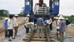Des ouvriers chinois construisent une ligne de chemin de fer à Dondo en Angola.