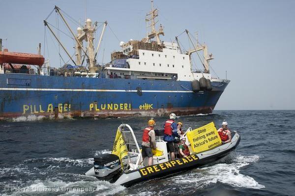 Des activistes de Greenpeace avaient entrepris des actions contre l'Oleg Naydenov au Sénégal, en février 2012.