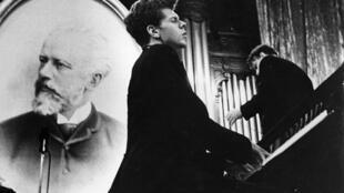 سال ١٩۵٨: در اوج جنگ سرد، در اولین دورۀ کنکور چایکوفسکی، وان کلایبرن آمریکایی برنده اعلام شد