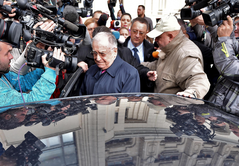 Ion Iliescu (giữa), cựu Tổng thống Rumani rời tòa án sau phiên điều trần tại Viện Công tố ngày 21/10/2015.