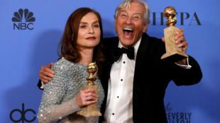 La comédienne Isabelle Huppert et le réalisateur Paul Verhoeven couronnés pour le film «Elle» lors de la cérémonie des 74e Golden Globes, le 8 janvier.