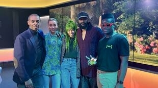 Claudy Siar, Célyne Fuselier, Salomé Je T'aime, Fally Ipupa et Stéphane Sacré sur le plateau du Talk-Show de Couleurs Tropicales.