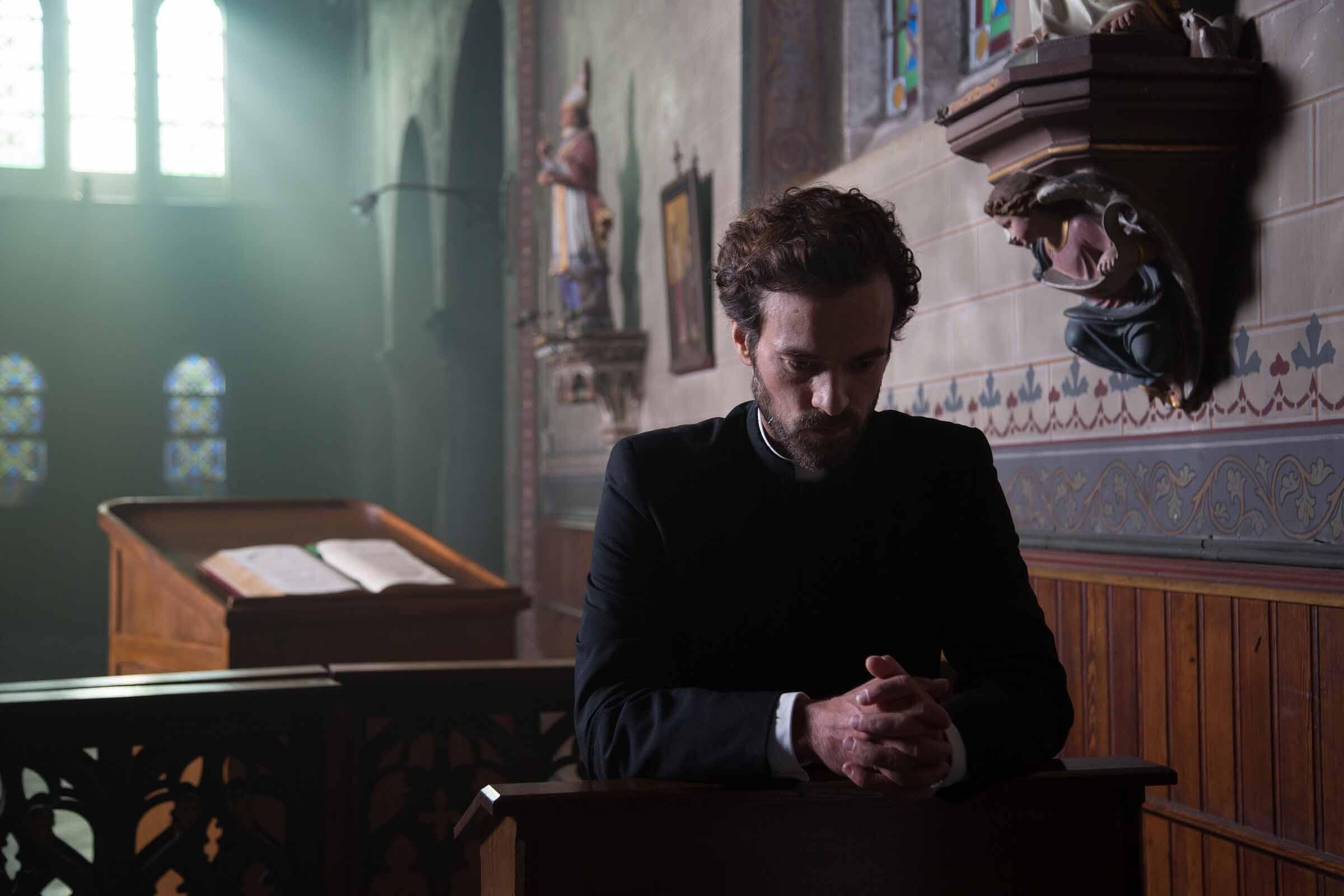 Romain Duris dans «La Confession», adaptation du roman «Léon Morin, prêtre», écrit par Béatrix Beck.