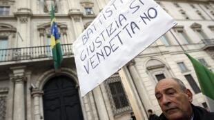 Manifestação contra decisão do governo brasileiro de não extraditar Battisti em frente da embaixada do Brasil em Roma.