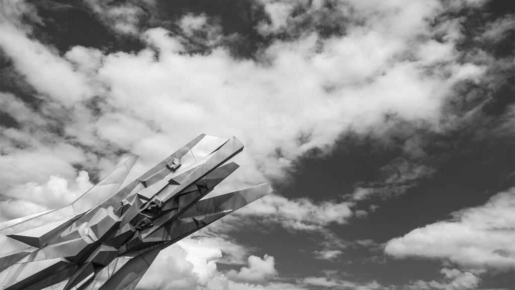 Monument au courage. Cette sculpture en aluminium réalisée par Miodrag Živković et Svetislav Licina en 1969 mesure dix mètres de hauteur. Ostra, Serbie, 2014.