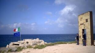 La police italienne tient la «porte de l'Europe» sur l'île de Lampedusa, où le médecin Pietro Bartolo a oeuvré depuis 30 ans, le 7 juin 2017. (photo d'illutration)