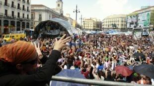 Des milliers de  manifestants, à l'écoute d'un speaker à la Puerta del Sol à Madrid, le 29 mai 2011.