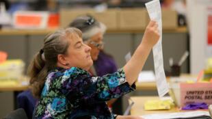 Verificando el voto por mail en el condado de San Diego, San Diego California, 7 de noviembre 2016.