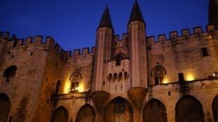 قصر تاریخی آوینیون که قبلاً مقر پاپهای کاتولیک بوده، یکی از مکانهای اصلی اجرای نمایشها است