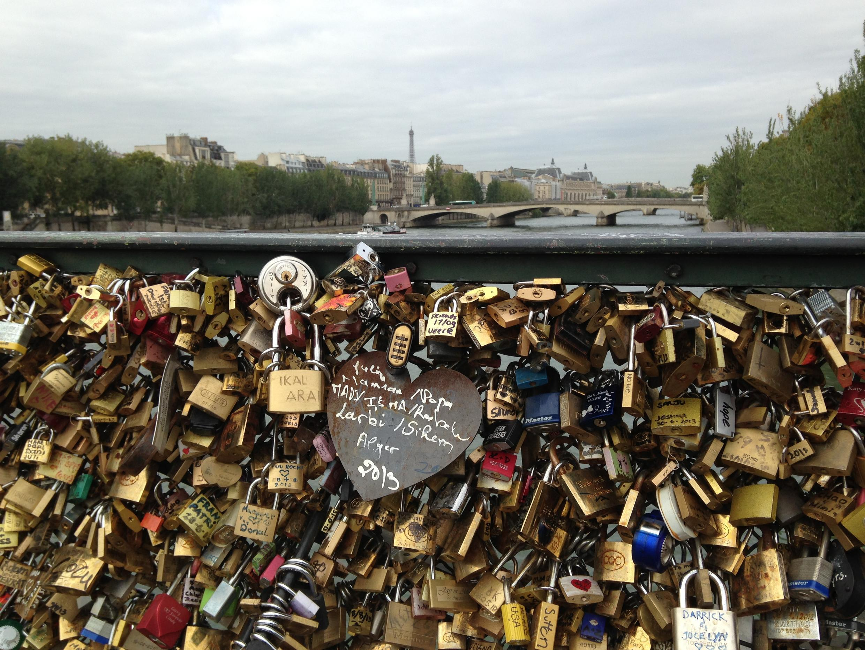 Cadeados do amor na Ponte das Artes, em Paris.