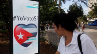 """Panfleto com o voto de """"sim"""" para o referendo constitucional, em Havana, Cuba, 5 de fevereiro de 2019."""