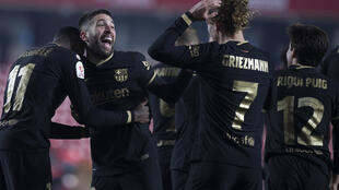 El defensor de Barcelona Jordi Alba (C) celebra con los delanteros franceses Ousmane Dembele (I) y Antoine Griezmann tras marcar un gol durante la Copa del Rey española (Copa del Rey) en cuartos de final ante Granada FC en el Estadio Nuevo Los Cármenes, en Granada, el 3 de febrero de 2021.