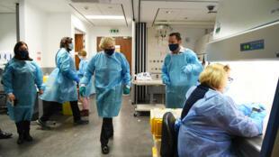 El primer ministro británico, Boris Johnson, durante una visita en un laboratorio en Glasgow, Escocia, el 28 de enero de 2021
