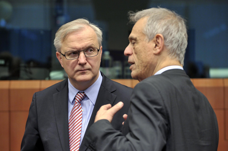Le commissaire européen en charge des  Affaires économiques, Olli Rehn (à g.) en compagnie du ministre chypriote des Finances Michalis Sarris, le 15 mars à Bruxelles.