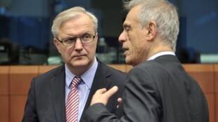Еврокомиссар по экономике Олли Рен и министр финансов Кипра Михалис Саррис 15 марта 2013 в Брюсселе