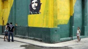 """Một đường phố ở La Habana với bức chân dung """"Che"""" Guevara."""