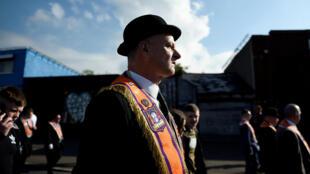 Un membre de l'Ordre d'Orange marche durant la parade organisée à Belfast, le 12 juillet 2017.