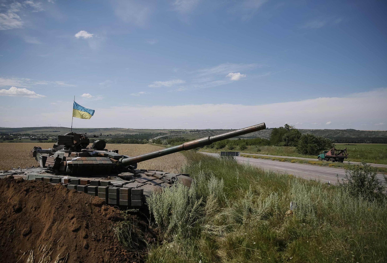 Tanque ucraniano à postos em Konstantinovka, perto da fronteira russa.