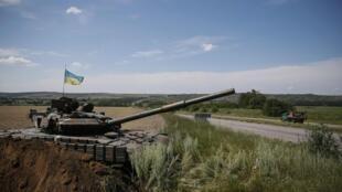 Ukraina triển khai lực lượng xe tăng gần biên giới Nga - REUTERS /Gleb Garanich