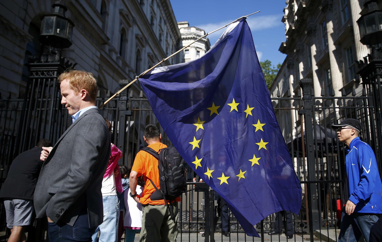 Un homme porte le drapeau européen, alors que les électeurs britanniques ont voté en faveur du Brexit, le 24 juin 2016.