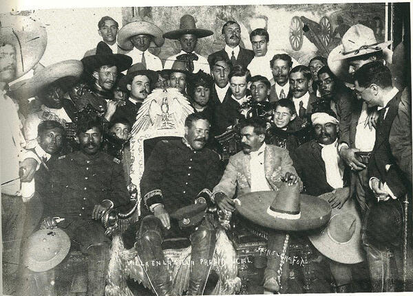 Después de su entrada a la ciudad de México, en la foto se ve al general Pancho Villa sentado en la silla presidencial del Palacio Nacional, y a su izquierda el general Emiliano Zapata (6 de diciembre de 1913).