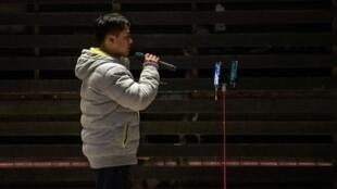Zhang Shangwu, ancien espoir de la gymnastique chinoise, se filme en train de chanter, le 18 mars 2021 à Baoding dans la province du Hebei