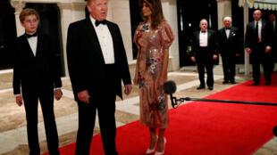 Le président américain Donald Trump, son épouse Melania et leur fils Barron, le 31 décembre 2017, à Palm Beach, en Floride, devant le club Mar-a-Lago, propriété du président.