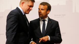 El presidente francés Emmanuel Macron y el premier eslovaco Robert Fico, este 23 de agosto de 2017 en Salzburg, Austria.
