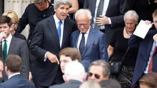 John Kerry (à gauche, au centre de l'image) lors de l'hommage au sénateur républicain John McCain à la National Cathedral de Washingtoon, le 1er septembre 2018.