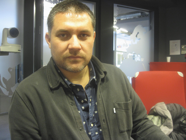 Gabriel Calderón en los estudios de RFI.