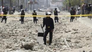 Policiais egípcios patrulham local onde ocorreu o atentado contra o ministro do Interior nesta quinta-feira, 5 de setembro de 2013.
