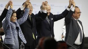 """""""لوران فابیوس"""" وزیر امور خارجه فرانسه و رئیس نشست جهانی پاریس، """"بان کیمون"""" دبیر کل سازمان ملل و """"فرانسوا هولاند"""" رئیس جمهوری فرانسه، بعد از توافق تاریخی پاریس در جهت  کنترل گرمایش زمین در نشست جهانی آب و هوا COP21.""""بورژه"""" در شمال پاریس، ١٢ دسامبر٢٠١۵"""