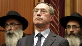 O ministro do Interior, Claude Guéant, durante cerimônia em homenagem às vítimas na sinagoga de Toulouse.