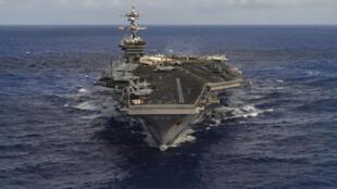 El portaaviones Carl Vinson se dirige hacia la península de Corea acompañado de su escolta y su flotilla aerea.