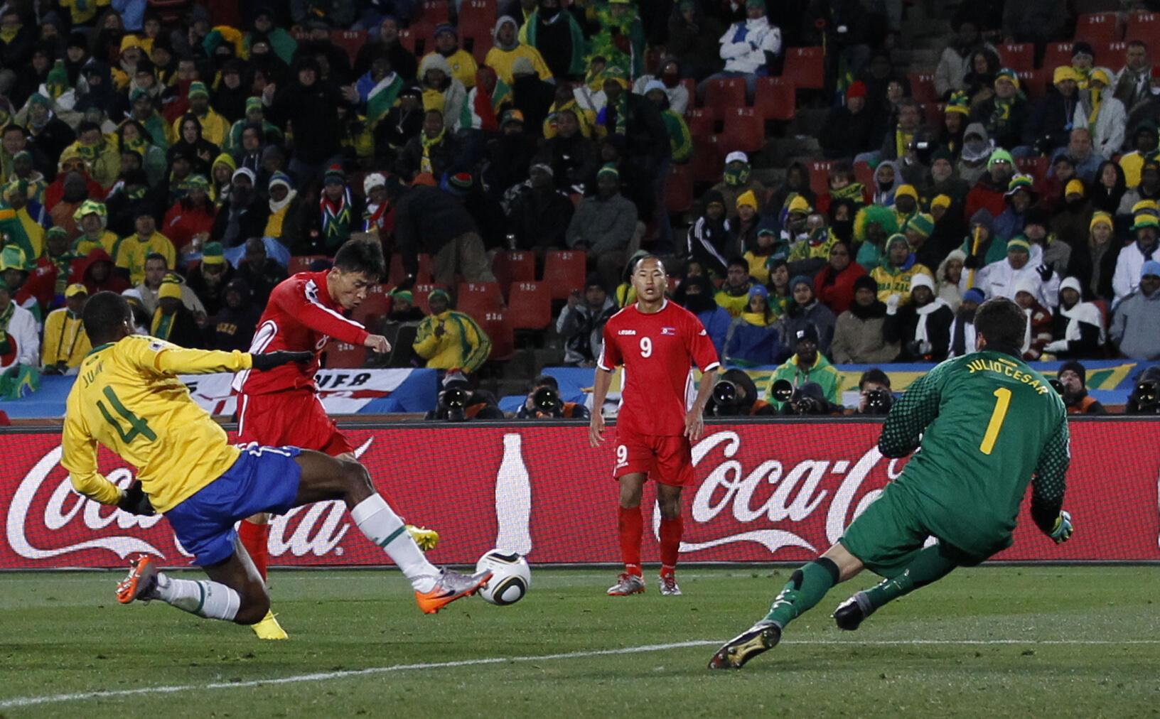 Ji Yu-nam ghi bàn  vào lưới đội tuyển Brazil trên sân Ellis Park tại Johanesburg 15/6/2010