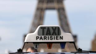 Mobilização dos taxistas parisienses nesta segunda-feira (15) contra o aplicativo Uber.