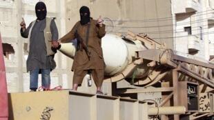 Militantes do EI na região de Raqqa, na Síria, em junho de 2014.