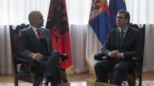 La rencontre entre le Premier ministre albanais, Edi Rama (G), et son homologue serbe, Aleksandar Vucic, avait pourtant bien commencé.
