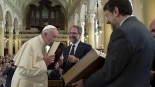 Papa Francisco, durante a visita ao templo valdense de Turim, no norte da Itália, nesta segunda-feira (22).