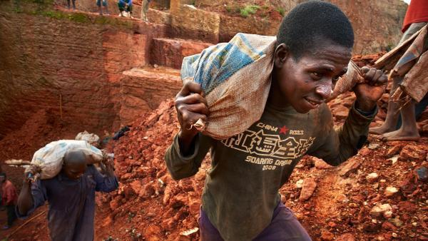 Des travailleurs dans une mine de diamants en Angola.