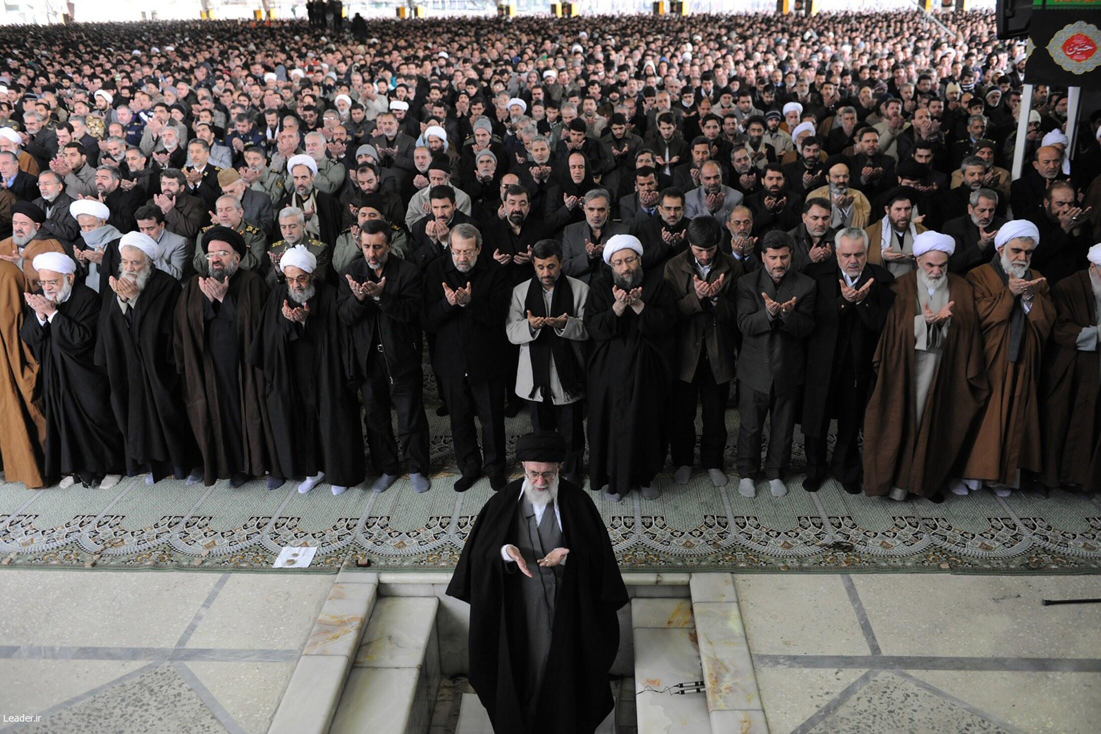 Аятолла Али Хаменеи на пятничной молитве в Тегеране 4 февраля 2011 года