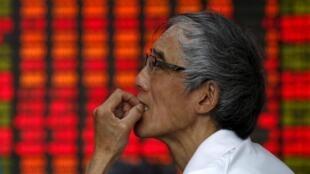Người dân lo lắng theo dõi các biến động trên sàn chứng khoán Thượng Hải.
