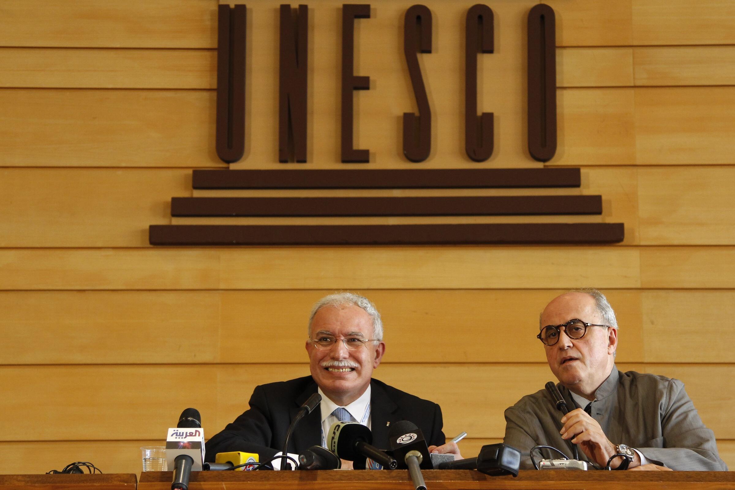 El ministro palestino de Relaciones Internacionales Riyad al Malki y el embajador palestino antes la UNESCO Elías Sanbar en la conferencia de prensa de esta 36° sesión de la conferencia general del organismo.