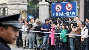 警察守在劉霞家門前(08/10/2010)