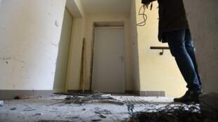 آپارتمان محل اقامت یک تن از افراد مظنون در  مون پولیه روز جمعه از سوی پلیس بازرسی شد.