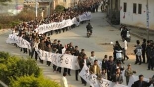 廣東陸豐烏坎村民12月17日繼續示威遊行要求歸還土地。